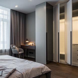 ミラノの中サイズのコンテンポラリースタイルのおしゃれな主寝室 (グレーの壁、磁器タイルの床、茶色い床) のレイアウト