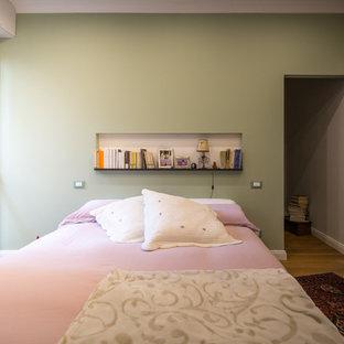 Idéer för att renovera ett shabby chic-inspirerat huvudsovrum, med gröna väggar, ljust trägolv och brunt golv