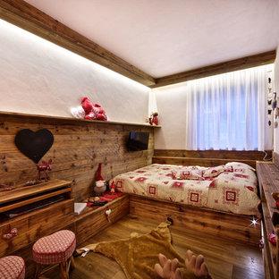 Diseño de dormitorio rural, pequeño, con suelo de madera oscura
