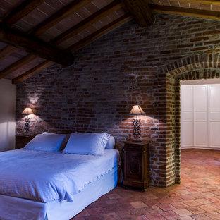 Inspiration för lantliga sovrum, med beige väggar, klinkergolv i terrakotta och rött golv