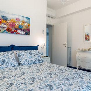 Стильный дизайн: хозяйская спальня среднего размера в средиземноморском стиле с белыми стенами, полом из керамогранита и бирюзовым полом - последний тренд
