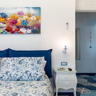 Idee per una camera matrimoniale mediterranea di medie dimensioni con pareti bianche, pavimento in gres porcellanato e pavimento turchese