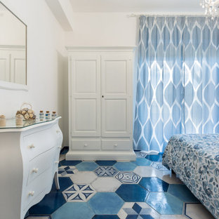 На фото: хозяйская спальня среднего размера в средиземноморском стиле с белыми стенами, полом из керамогранита и бирюзовым полом с