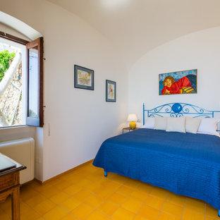 Idee per una camera matrimoniale mediterranea di medie dimensioni con pareti bianche, pavimento giallo, soffitto a volta e pavimento con piastrelle in ceramica