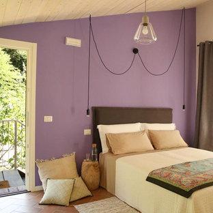 Ispirazione per una camera da letto country con pareti viola e pavimento marrone