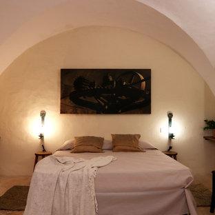 Ejemplo de dormitorio principal, rural, de tamaño medio, con paredes blancas, suelo de baldosas de cerámica y suelo rojo