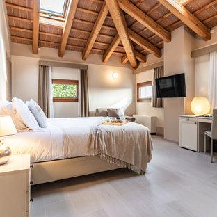 Immagine di una camera matrimoniale contemporanea con pareti bianche, nessun camino e pavimento beige