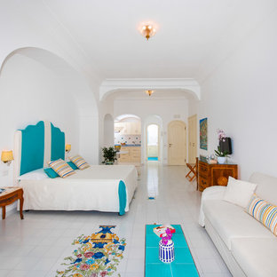 Immagine di una camera da letto mediterranea con pareti bianche e pavimento bianco