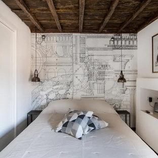 Diseño de dormitorio principal, industrial, de tamaño medio, con paredes blancas, suelo de baldosas de porcelana y suelo verde
