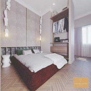Immagine di una grande camera da letto stile loft minimalista con pareti rosa e pavimento in bambù
