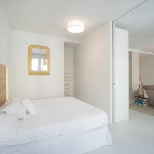 Diseño de dormitorio principal, actual, con paredes blancas, suelo de cemento y suelo gris