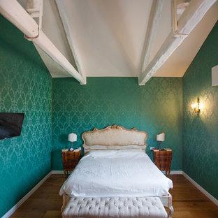 Esempio di una camera matrimoniale chic di medie dimensioni con pavimento in legno massello medio, pareti verdi e pavimento marrone
