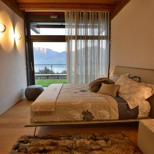 Immagine di una camera matrimoniale minimal di medie dimensioni con pareti bianche e parquet chiaro