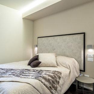 Immagine di una camera matrimoniale contemporanea di medie dimensioni con pareti beige e parquet scuro