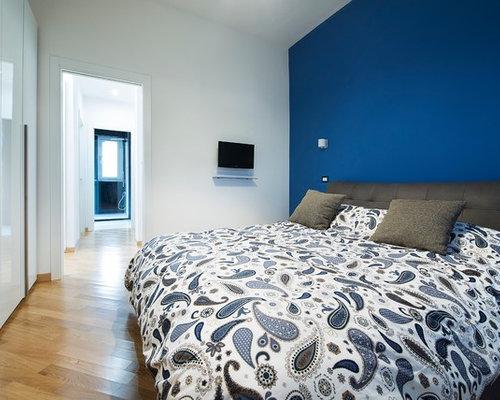 Camera da letto con pareti blu foto idee arredamento - Camera da letto marrone ...