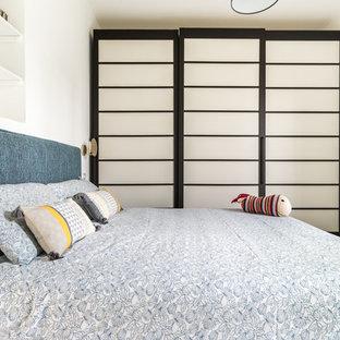 Immagine di una piccola camera degli ospiti nordica con pareti bianche