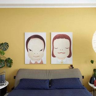 フィレンツェのコンテンポラリースタイルのおしゃれな主寝室 (黄色い壁) のレイアウト