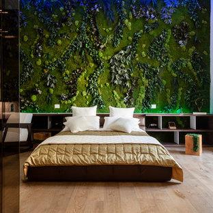 Idee per una camera da letto contemporanea con pareti verdi, parquet chiaro e pavimento beige