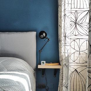 Imagen de dormitorio escandinavo, pequeño, con paredes azules, suelo de baldosas de cerámica y suelo beige