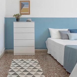 Ejemplo de dormitorio nórdico con paredes azules y suelo multicolor