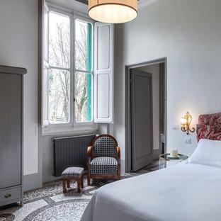 Idéer för att renovera ett mellanstort vintage huvudsovrum, med vita väggar, marmorgolv och flerfärgat golv
