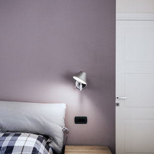 Foto de dormitorio contemporáneo, de tamaño medio, con paredes beige y suelo de madera oscura