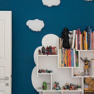 Esempio di una camera da letto contemporanea di medie dimensioni con pareti bianche, pavimento in legno massello medio, camino sospeso, cornice del camino in intonaco e pavimento marrone