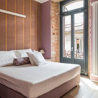 Idee per una camera matrimoniale design con pareti rosa, parquet chiaro e pavimento beige