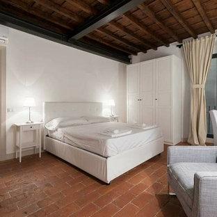 Diseño de dormitorio principal, minimalista, con paredes blancas, suelo de ladrillo y suelo rojo