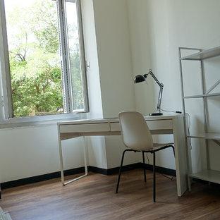 Aménagement d'une chambre contemporaine de taille moyenne avec un mur blanc et sol en stratifié.