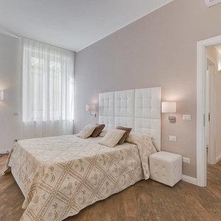 Immagine di una camera matrimoniale tradizionale di medie dimensioni con pareti beige e parquet scuro
