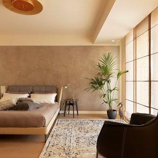 Immagine di una camera matrimoniale design con pareti marroni, parquet chiaro e pavimento beige