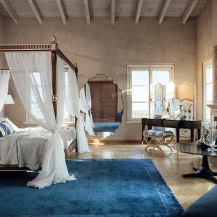 Ispirazione per una camera matrimoniale tradizionale con parquet chiaro, camino classico e pavimento beige