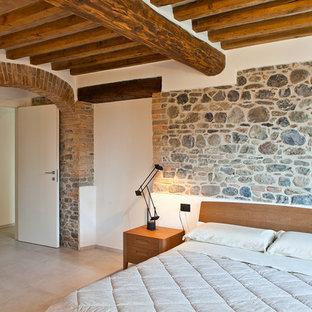 Idee per una camera matrimoniale mediterranea con pareti bianche e pavimento beige