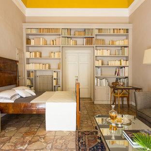 Inredning av ett klassiskt mellanstort huvudsovrum, med gula väggar, marmorgolv och flerfärgat golv