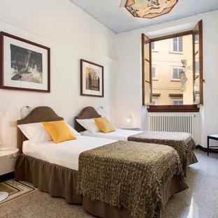Esempio di una piccola camera degli ospiti chic con pareti bianche, pavimento in gres porcellanato e pavimento multicolore