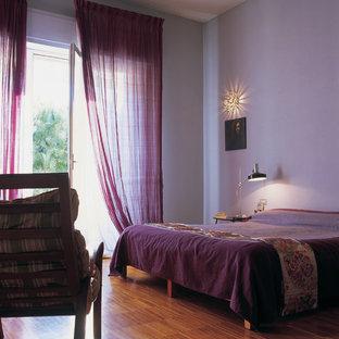 他の地域の広いエクレクティックスタイルのおしゃれな主寝室 (紫の壁、濃色無垢フローリング、茶色い床) のレイアウト