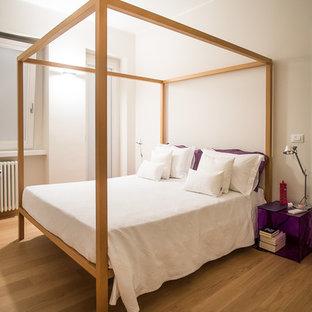 Esempio di una camera matrimoniale contemporanea di medie dimensioni con pavimento in legno massello medio e pareti beige