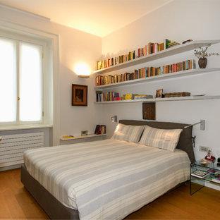 ミラノのコンテンポラリースタイルのおしゃれな寝室 (白い壁、無垢フローリング、茶色い床) のレイアウト