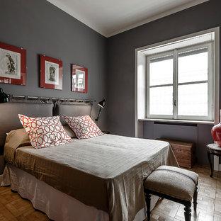 Стильный дизайн: большая спальня в стиле современная классика с серыми стенами, паркетным полом среднего тона и фасадом камина из штукатурки - последний тренд