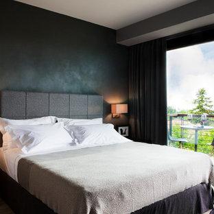トゥーリンの中サイズのコンテンポラリースタイルのおしゃれな主寝室 (黒い壁) のインテリア