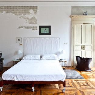 Ejemplo de dormitorio principal, ecléctico, grande, con paredes blancas y suelo de madera en tonos medios
