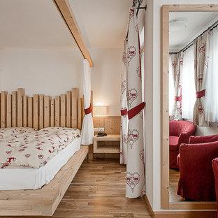 Imagen de dormitorio rural, grande, con suelo de madera clara