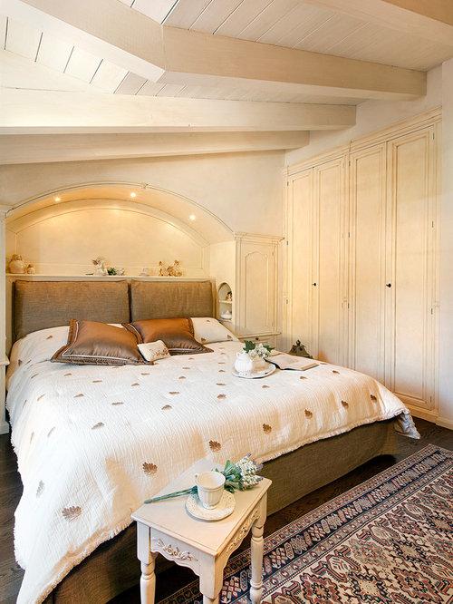 Camera da letto classica con pareti beige - Foto e Idee per Arredare