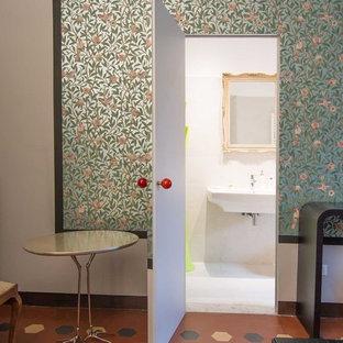 На фото: хозяйская спальня среднего размера в морском стиле с зелеными стенами и полом из терракотовой плитки без камина с