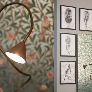Ejemplo de dormitorio principal, papel pintado y papel pintado, retro, grande, papel pintado, con paredes verdes, suelo de baldosas de terracota, suelo rojo, papel pintado y papel pintado