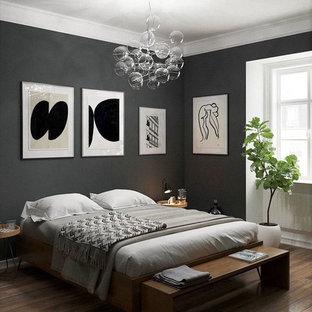 Immagine di una camera matrimoniale minimalista di medie dimensioni con pareti grigie, pavimento in legno verniciato, nessun camino e pavimento marrone
