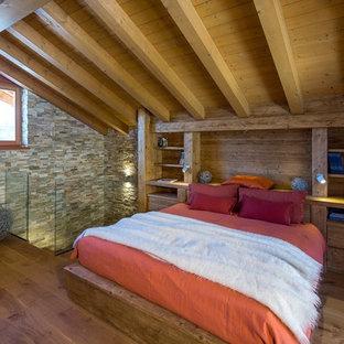 Immagine di una camera matrimoniale stile rurale di medie dimensioni con pavimento in legno massello medio