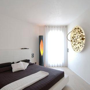 Immagine di una camera da letto contemporanea con pareti bianche, parquet chiaro e nessun camino