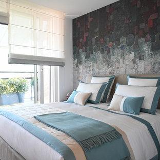 Foto di una camera matrimoniale minimal di medie dimensioni con pareti multicolore e parquet chiaro